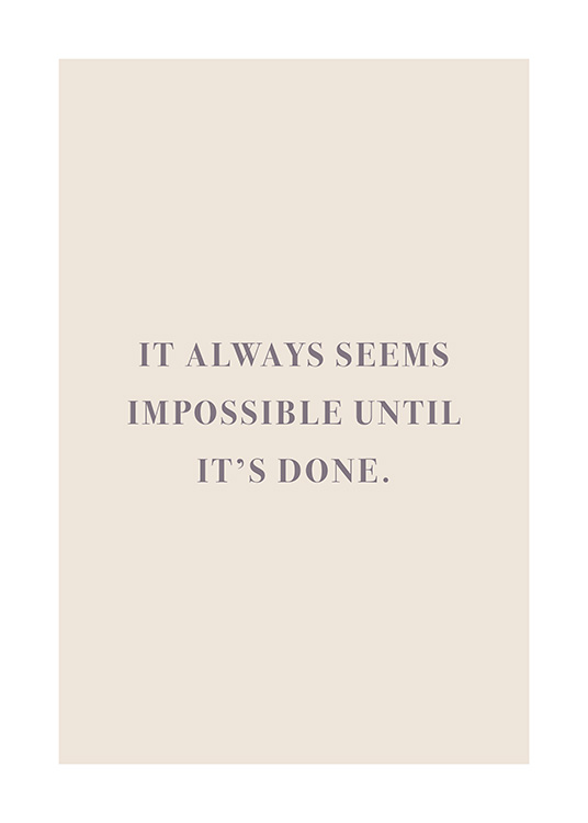 "– Text ""It always seems impossible until it's done."" in Lila vor beigem Hintergrund"