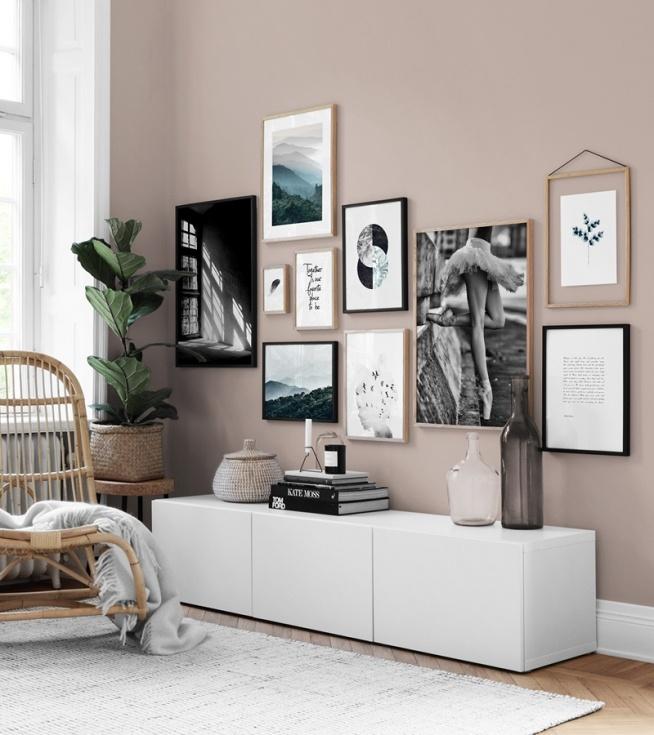 bilderwand im wohnzimmer gestalteim wohnzimmer eine sch ne bilderwand mit postern. Black Bedroom Furniture Sets. Home Design Ideas